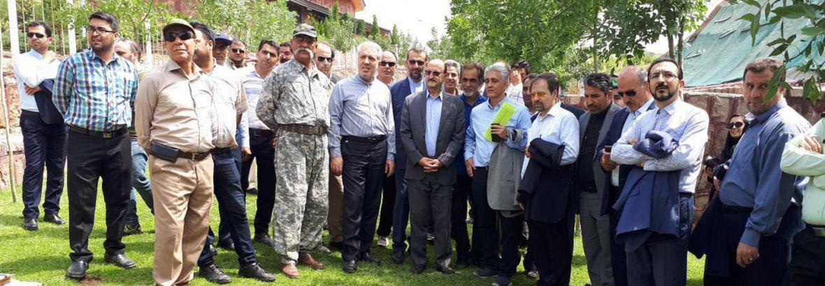 فیلم حمله شیر به مسئول دهکده باراجین هنگام بازدید رییس سازمان میراث فرهنگی