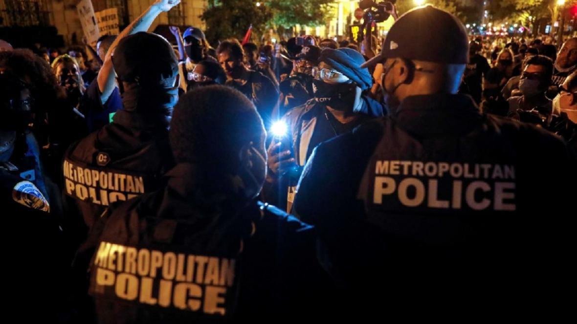 معترضان خشمگین شیشه های اداره پلیس واشنگتن را شکستند