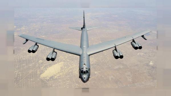 پرواز بمبافکن B-52 آمریکا بر فراز مناطق مرزی عراق و سوریه