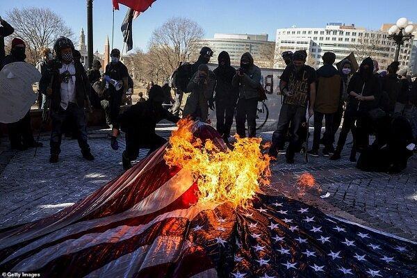 تظاهرات اعتراضی گسترده در آمریکا، پلیس به معترضان یورش بُرد